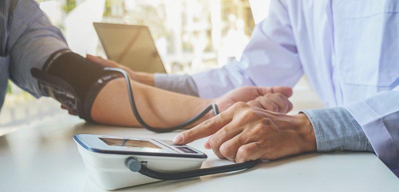 docteur prenant la tension artérielle du patient
